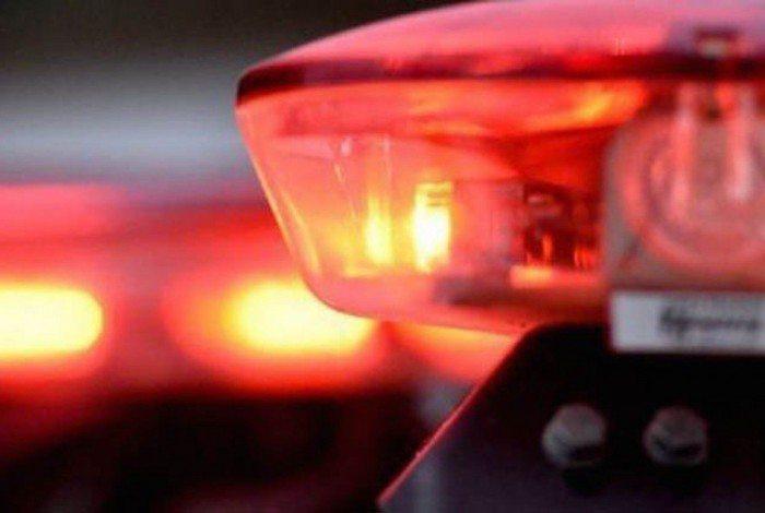 Um adolescente de 17 anos, uma mulher de 33 e homem de 30 foram levados para a delegacia.