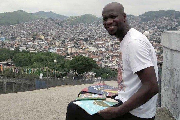 Otávio Júnior é do Morro do Caracol, no Complexo da Penha, e já tem seis livros publicados