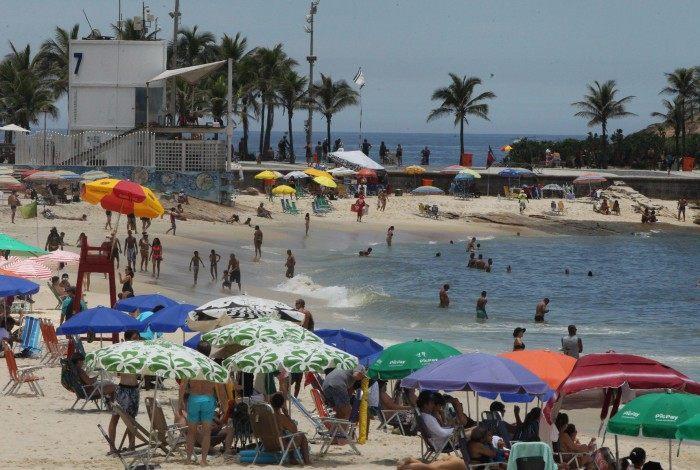 Dia de sol e descumprimento de regras contra a Covid - 19 nas praias da Zona Sul. Na foto, algumas barracas estavam mais próximas.