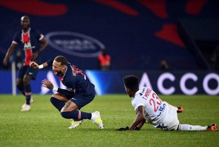 Neymar sofreu entrada dura