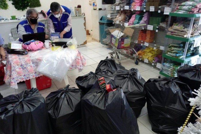 Fiscais do Ipem/RJ encontraram 2.140 caixas com luminárias pisca pisca apresentando irregularidades na Vila da Penha