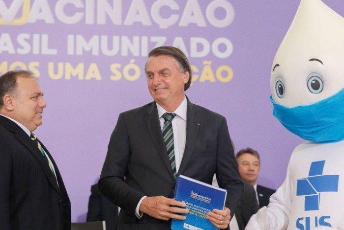 Recusa de Zé Gotinha ao não corresponder cumprimento de Bolsonaro chamou a atenção na cerimônia de lançamento do Plano Nacional de Operacionalização da Vacina contra a Covid-19