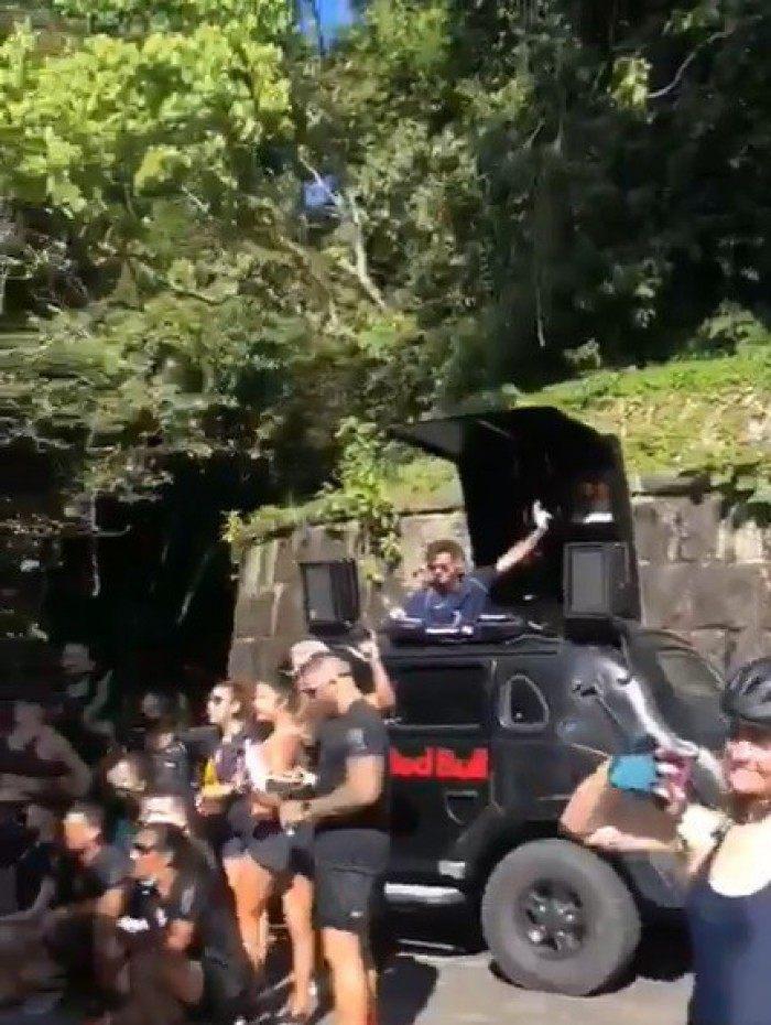 Mesmo proibido, DJ provoca aglomeração no Parque Nacional da Tijuca