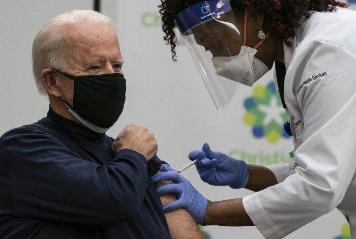 Biden recebe primeira dose da vacina da Pfizer
