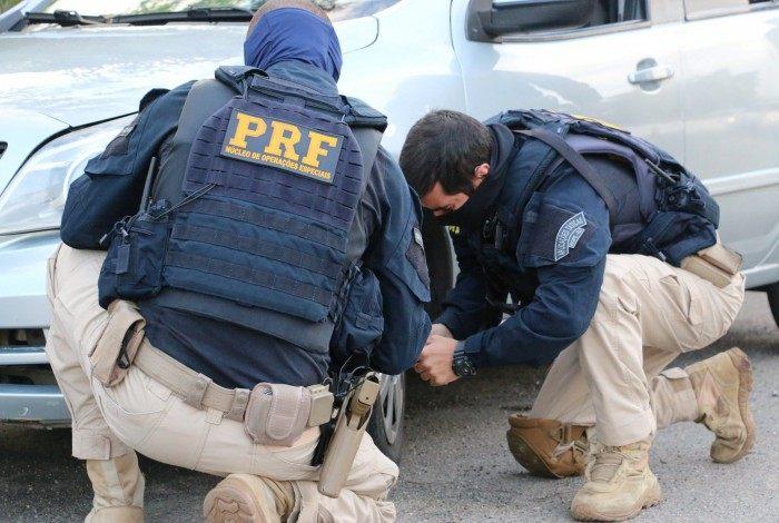Agentes fazem vistoria em um veículo: operação começou em Itaguaí em outubro