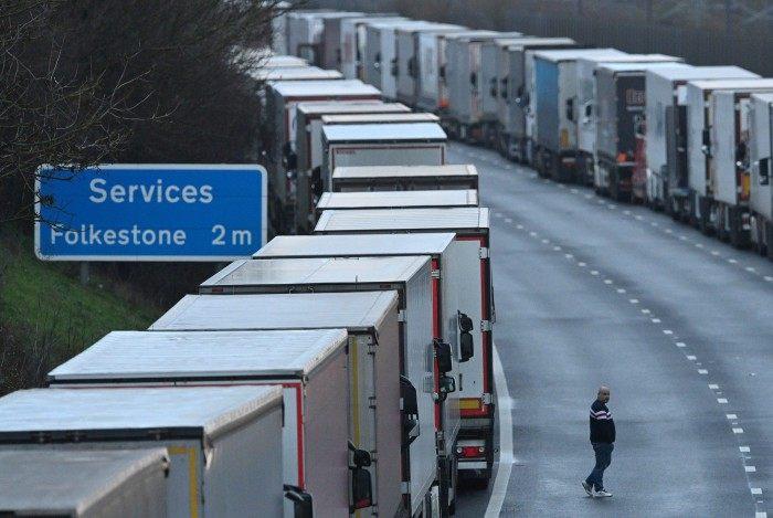 650 caminhões estão atualmente bloqueados na rodovia que vai de Londres a Dover, o principal porto britânico no Canal da Mancha, fechado ao tráfego de saída desde domingo à noite