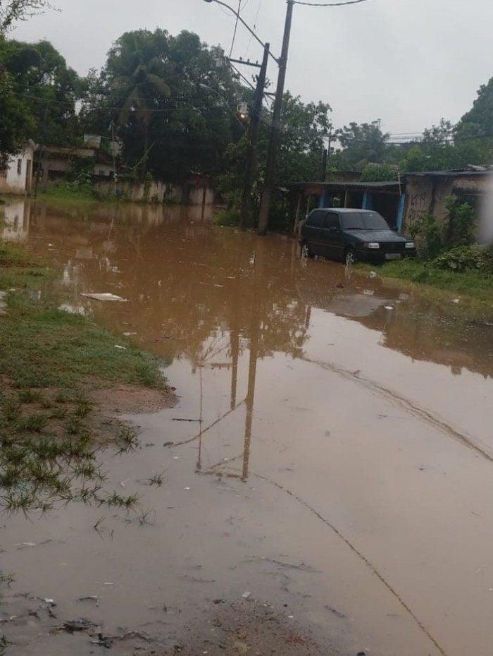 Rua Haia, alagada por conta da forte chuva em Duque de Caxias, nesta terça-feira