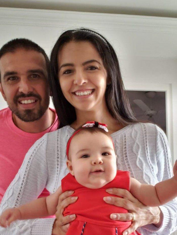 Manoel Damaso Júnior e Rafaela Pedrozo Damaso com a primeira filha do casal, Manoela, de 4 meses