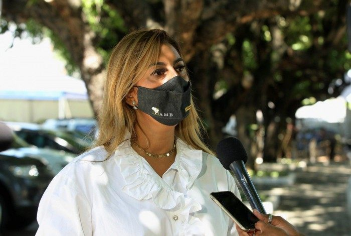 O corpo da Juíza Viviane Arronenzi foi cremado neste sábado no Cemitério da Penitência, no Caju. Na foto, Renata Gil, Presidente da Assossiação dos Magistrados do Brasil.