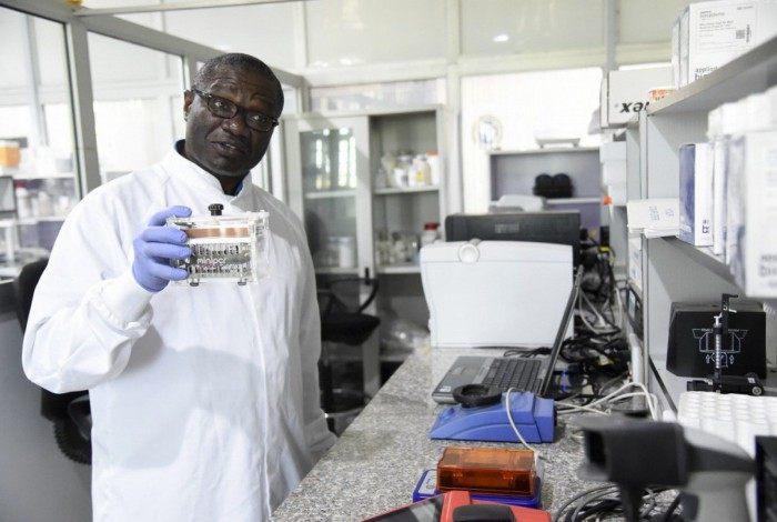 """Professor Christian Happi, biólogo molecular que participou no sequenciamento genético da nova variante, pediu para não """"extrapolar"""" a descoberta"""