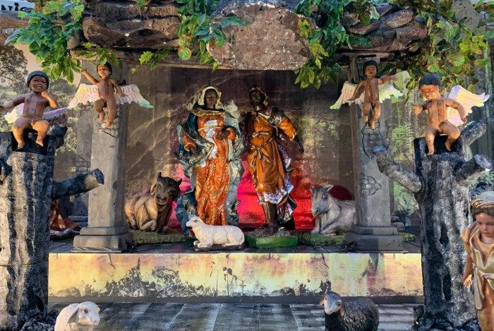 Presépio montado Praça Nossa Senhora da Glória sofre com constantes furtos. Padre avisa que, se nada mudar no ano que vem, levará montagem para Minas Gerais