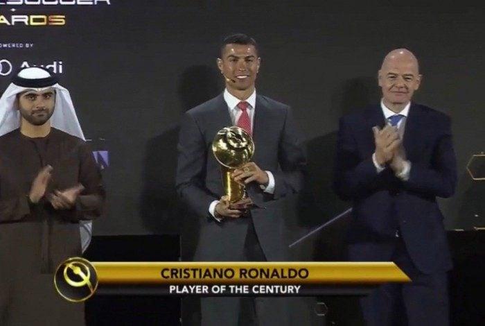 Cristiano Ronaldo com o troféu de melhor jogador do século ao lado do presidente da Fifa