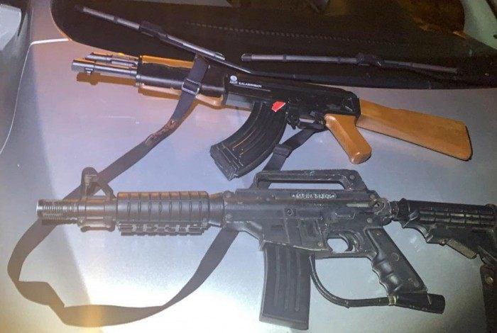 Réplicas de fuzis foram apreendidas com os suspeitos