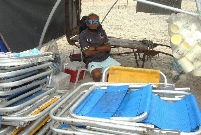 Comerciantes, moradores, ambulantes e turistas comentam sobre as medidas de restrição para o Réveillon em Copacabana. Na foto, o barraqueiro Severo Nunes