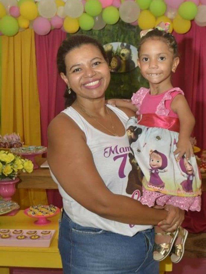 Gisele Rocha e a filha, Luiza Vitória, de oito anos, que teve a conta banida pelo TikTok após ser vítima de ataques preconceituosos na rede social