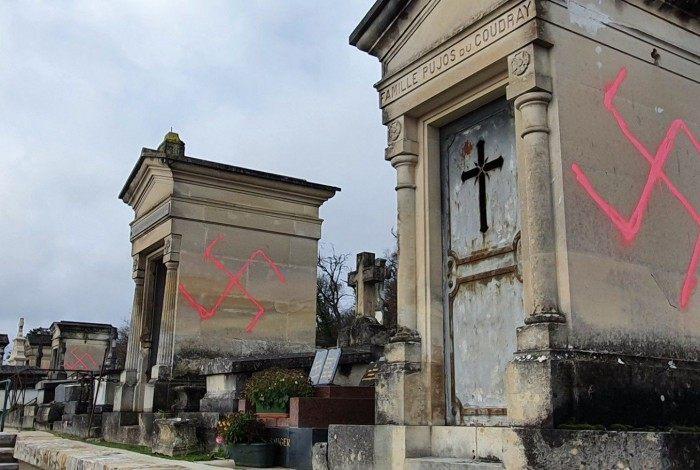 Túmulos amanheceram vandalizados em Paris