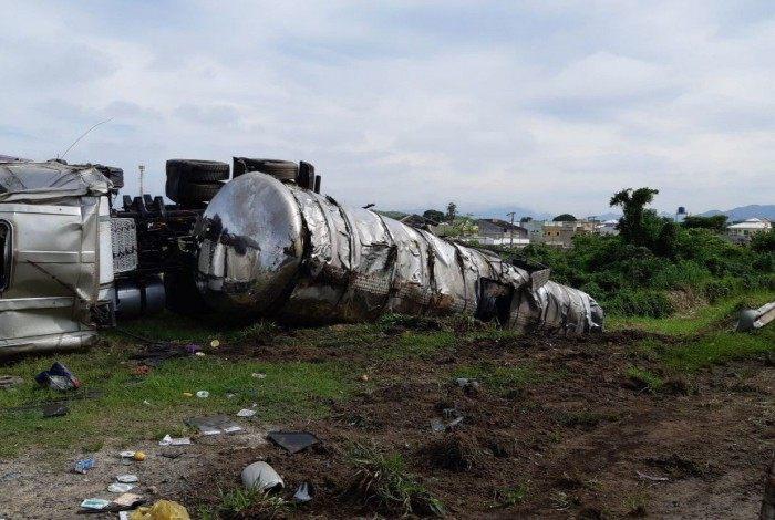 Carreta com óleo antracênico tombou na BR-101, em Itaboraí