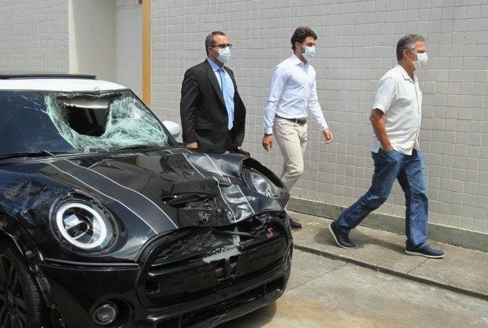 Marcinho passa pelo carro no pátio da 42ª DP: ex-jogador do Botafogo alegou não ter prestado socorro por temer linchamento