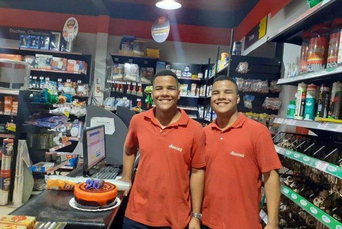 Diogo e Diego Lima, de 21 anos: irmãos gêmeos morreram afogados na Praia do Arpoador, nesta segunda-feira
