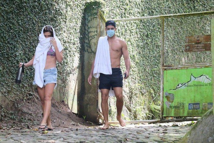 Cauã Reymond e Mariana Goldfarb curtem cachoeira
