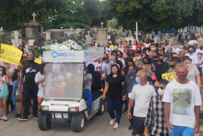 Familiares e amigos protestam no enterro de homem morto na Cidade de Deus