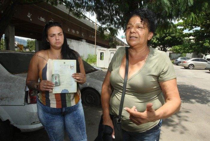 Parentes estiveram no IML para reconhecer o corpo de Gilson. Na foto, à esquerda, Raquel Lopes, sobrinha, e Rosemary Lopes, irmã.
