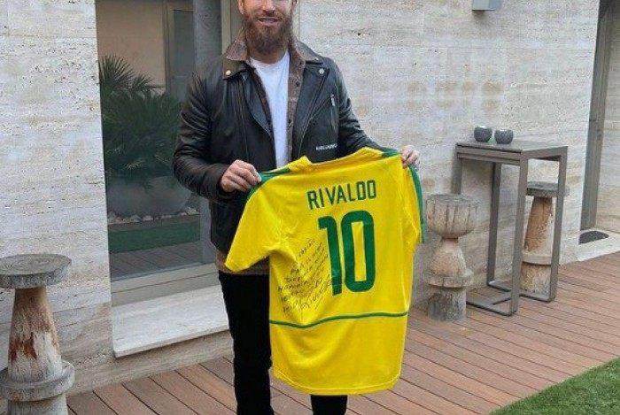 Sérgio Ramos recebe presente de Rivaldo