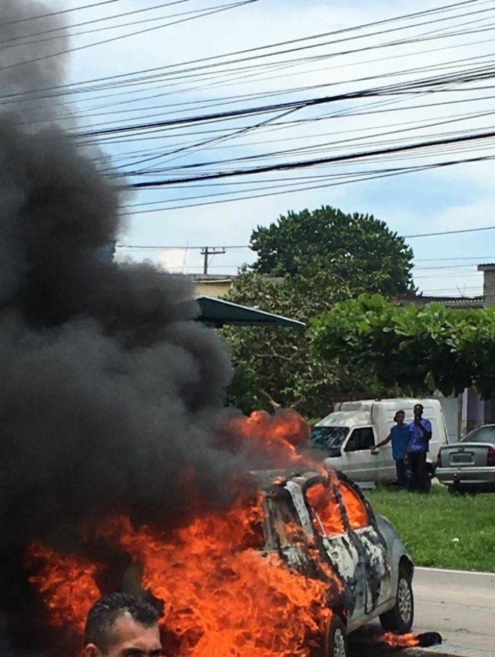 Criminosos atearam fogo em carro no bairro Imbariê, em Duque de Caxias