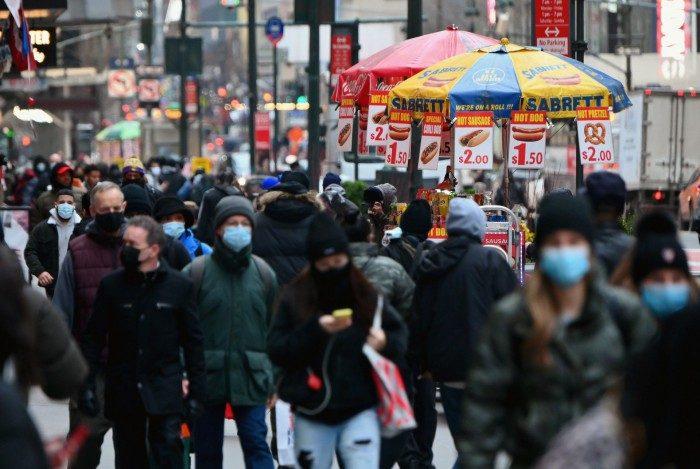 Pessoas andando nas ruas de Nova York, nos EUA. País bateu novo recorde de mortes por covid-19