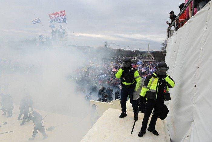 Apoiadores de Trump invadem Capitólio após confronto com a polícia