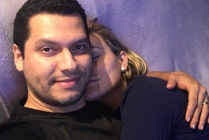 Thiago Lopes e Andressa Urach fazem sessão de cinema em casa