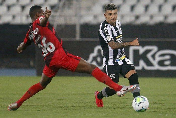 De volta à lateral esquerda, Victor Luís foi boa opção na bola parada