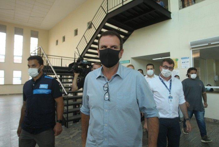 Prefeto Eduardo Paes visita hospital de Acari e fala sobre 13º dos servidores públicos