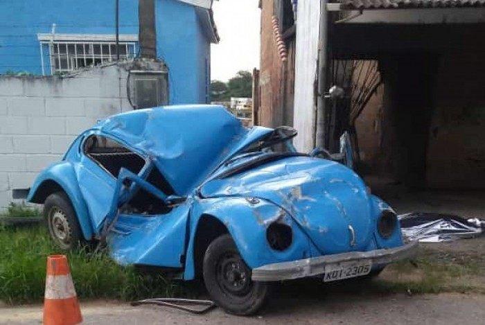 Carro ficou distorcido com impacto da colisão; mulher morreu no local