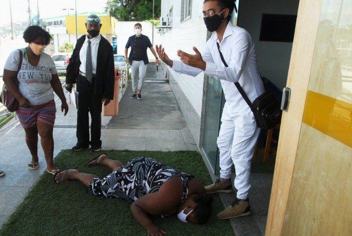 A irmã de Gabriel Estevão, que também tem deficiência intelectual, passou mal em frente ao Instituto Médico Legal (IML), em Niterói