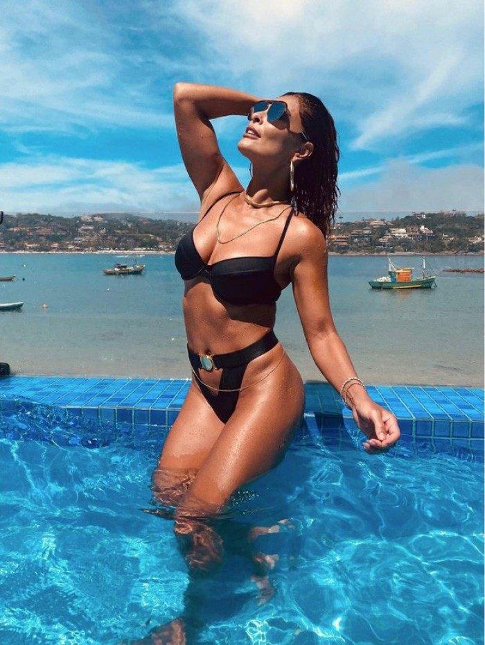 Juliana Paes exibe boa forma na piscina