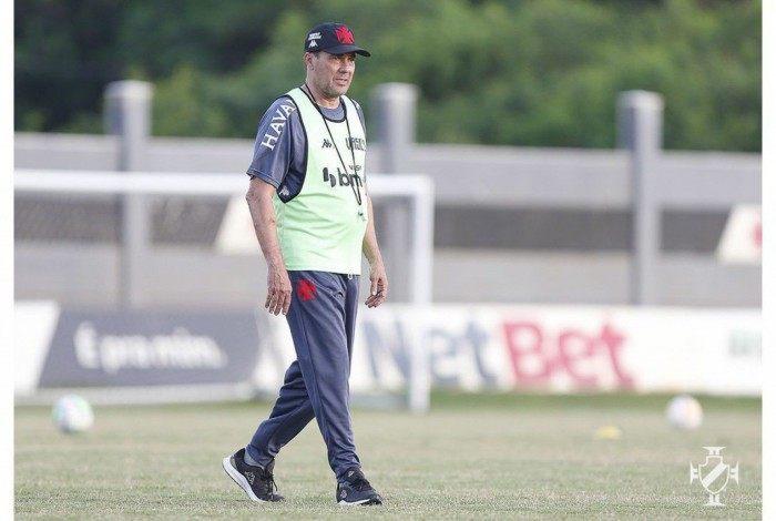 O técnico Luxemburgo no treino do Vasco