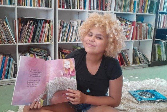 Com apenas 13 anos, Lua conseguiu montar uma biblioteca nos Tabajaras