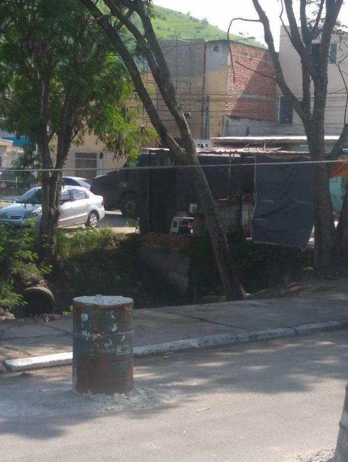 Um caveirão da Polícia Militar foi avistado na Vila Kennedy, Zona Oeste do Rio