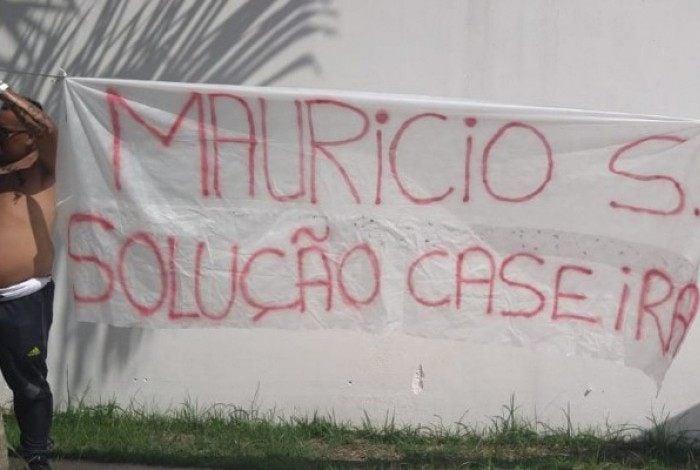 Em protesto, torcedores pedem Maurício de Souza, técnico do Flamengo sub-20, no lugar de Ceni