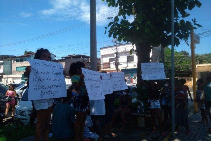 Protestos em frente a DHBF