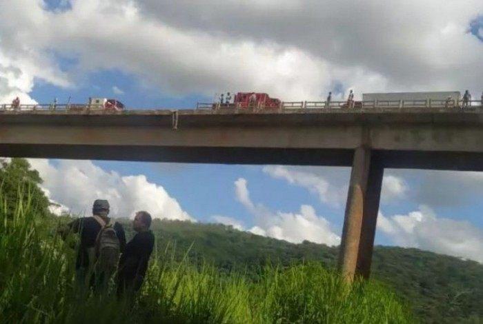 De acordo com o Corpo de Bombeiros, havia duas pessoas dentro da carreta