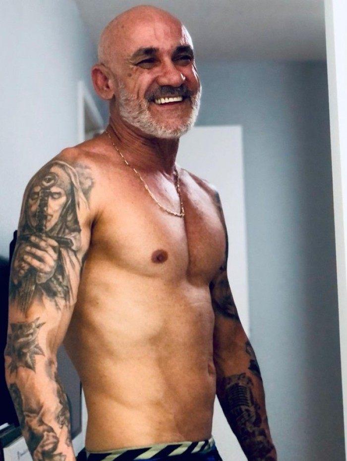 Ex-BBB Ayrton surpreende com seus músculos