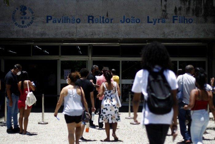 Inscritos no Enem 2020 chegam à Uerj, na Zona Norte do Rio, um dos locais para a realização da prova