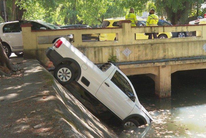 Carro bate e cai em canal do Leblon