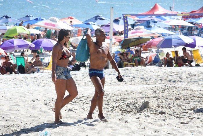 Romário vai à praia com morena apontada como sua nova namorada