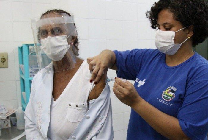 A técnica de enfermagem Odaléa, de 67 anos, foi uma das primeiras a receber a dose da vacina