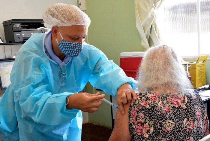 Após vacinação, surtos de covid-19 em asilos são zerados, afirma prefeitura do Rio