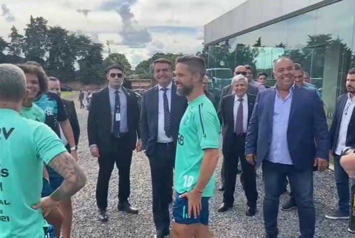 Treino do Flamengo é marcado por visita surpresa do presidente Jair Bolsonaro