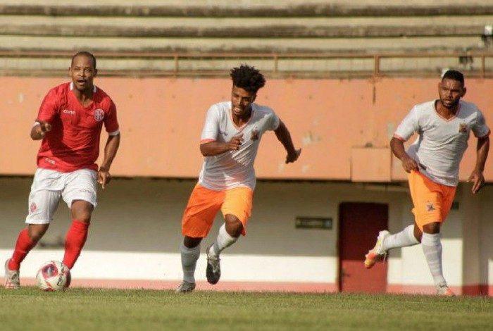 Djaminha carrega a bola entre os defensores do Nova Iguaçu no empate em 1 a 1, no Giulite Coutinho